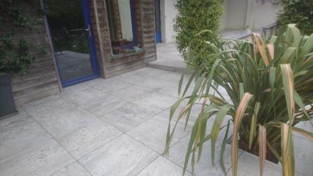 Création d'un dallage sur plot par votre paysagiste à Rennes.