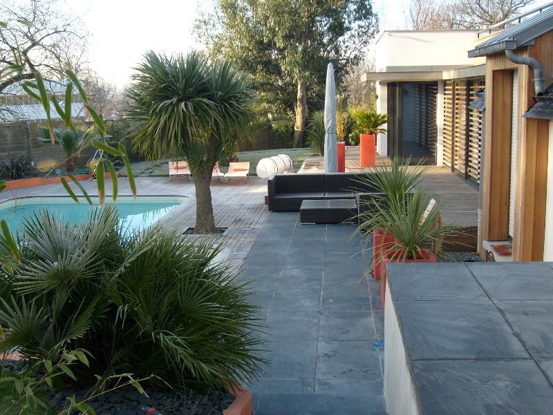 Terrasse en pierre cesson s vign artisan paysagiste for Cesson sevigne piscine
