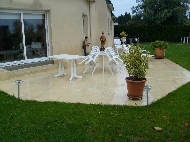 Terrasse dalle g vez artisan paysagiste rennes bretagne - Terrasse piscine carrelage rennes ...