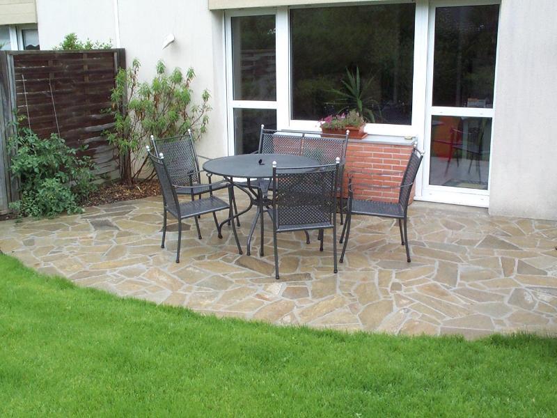 terrasse en pierre naturelle et beton catalogue de nos dalles pour terrasse en bois. Black Bedroom Furniture Sets. Home Design Ideas