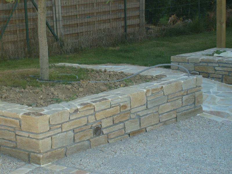 Travail de la pierre jardini re en pierre pac artisan for Jardiniere en pierre seche
