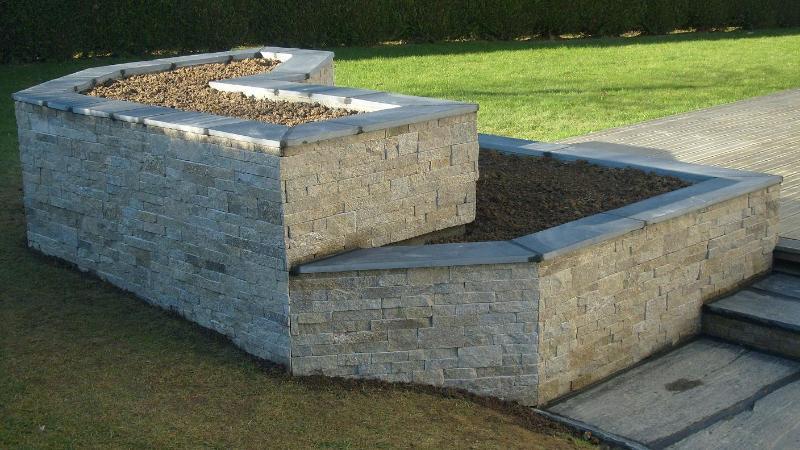 Travail de la pierre jardini re en pierre org res for Jardiniere en pierre seche